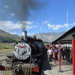 Tren La Trochita saliendo de la estación